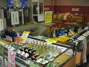 一階の売店の様子。いろいろなお酒がショーケースに並べられています。お酒だけではなく、珍味やつまみ類も販売されていました。