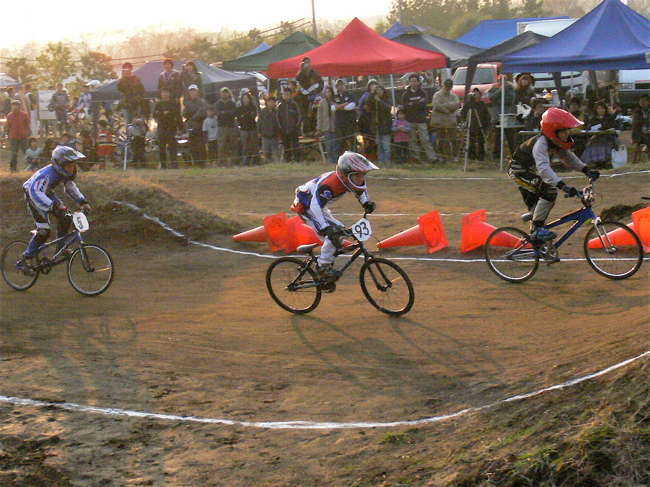 JOSF緑山2006ファイナルレース VOL 9 BMXジュニアクラスとミドルクラス準決勝〜決勝画像垂れ流し_b0065730_22112692.jpg