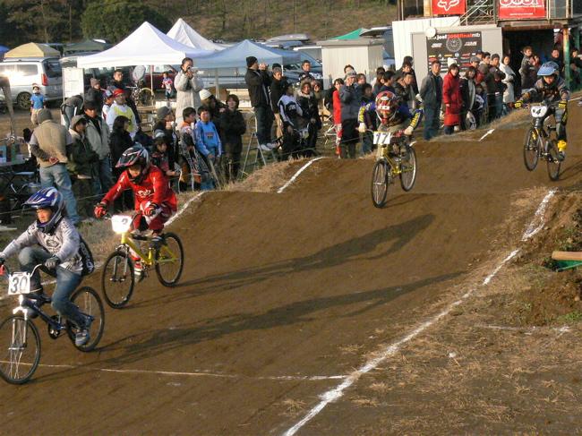 JOSF緑山2006ファイナルレース VOL 9 BMXジュニアクラスとミドルクラス準決勝〜決勝画像垂れ流し_b0065730_221692.jpg