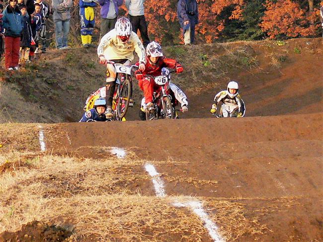 JOSF緑山2006ファイナルレース VOL 9 BMXジュニアクラスとミドルクラス準決勝〜決勝画像垂れ流し_b0065730_22171914.jpg