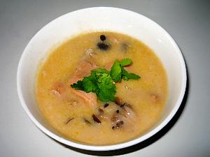 丸い器に入ったスープ。パクチーが乗せてあるので白っぽいスープが引き立ちますね。