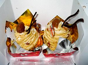 定番のモンブランの形、マロンペーストで山を作るようにぐるぐるっと渦巻き状態に。上に煮たマロン、そして飾りに薄いチョコレートが角のように出ています。サンタの飾り物が刺さっています。