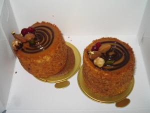 丸い切り株に見立てた筒状のケーキ。全体が茶色いケーキです。トッピングにナッツ類が乗せてあります。