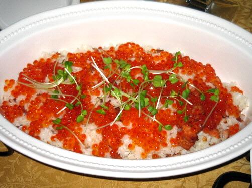 かなり大きめの器に入れられたご飯もの。白いご飯が隠れるくらいにイクラが乗っかっています。その上に散らした貝割れ菜の緑が、イクラの赤を一層引き立てています。