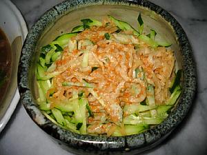 和風のぽてっとした丼鉢状の器。きゅうりの千切りがプラスされ、食欲の沸く一品に変化しています。