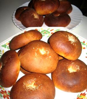 ちょっと濃い目の焼き色がついたあんぱんが大皿二枚にたっぷり乗っています。パンの窪みに見える白い粒はけしの実のようです。