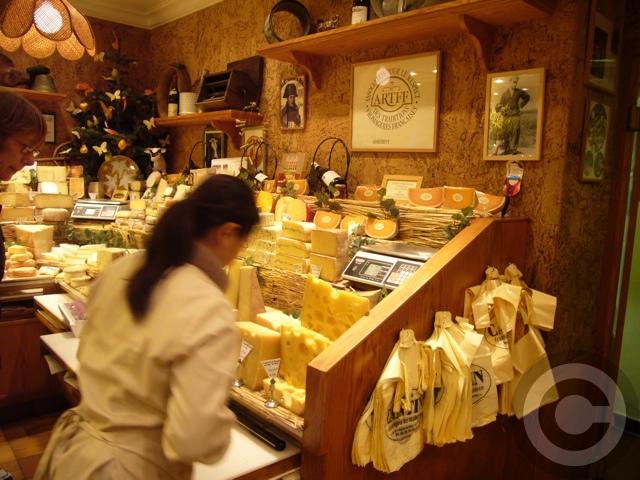 【MARIE-ANNE CANTIN】街角のチーズ屋(パリ7区)_a0014299_7564598.jpg