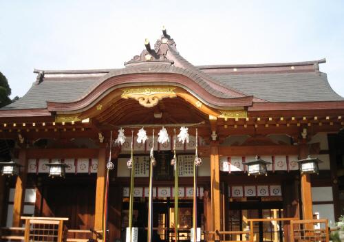 住吉神社の本殿、シンプルな造りですが風格があります。神社にはお決まりの鈴の付いた紐が5本吊り下げられています。まだお正月バージョンですね。