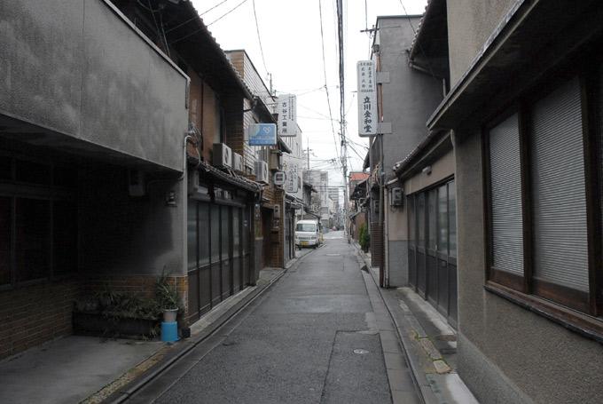 万寿寺通りの狭い一部分のなぞ_a0064449_1802679.jpg