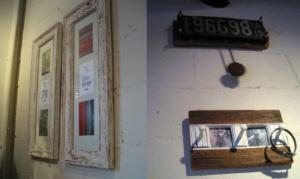 白い額縁はアンティーク調にしてあり剥げ感を出しています。また振り子のついた時計も、古いナンバープレートを利用して作られたもの。壁の飾り物全部がアンティーク調に設えてありました。