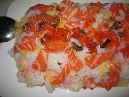 白い大皿にサーモンがたっぷり乗った散らし寿司。イクラやイカ、錦糸卵などもチラホラ見えています。