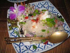 同じく白地にプルーの模様の四角いお皿。取り分け用のスプーンとフォークもアジアンチック。ここにもお決まりのランの花が。