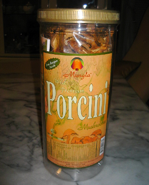丸い筒状の入れ物に入ったドライポルチーニ。容器一杯にポルチーニが詰まっています。