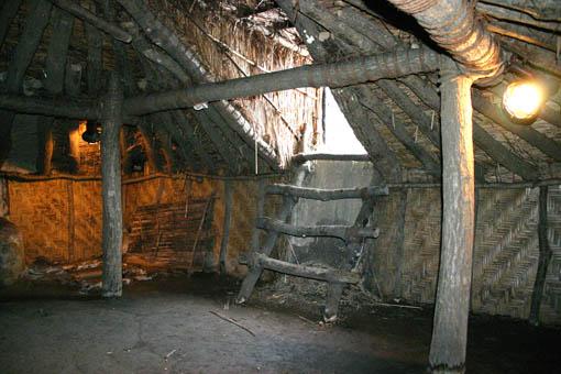 初源な家09:冬の家、夏の家の内部_e0054299_15435276.jpg