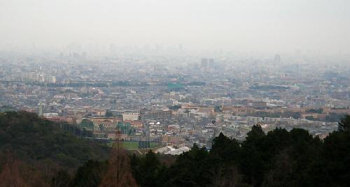 境内からの風景は晴れた日なら大阪湾が一望できます。残念ながら曇りのこの日は、街並みが見渡せる程度でした。