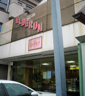 入り口の軒の上にピンクの英文字で斜めにELBERUN すぐその下にはやはりピンクの看板に金文字でエルベランと。入り口は前面ガラス張りで中の様子を見て取ることが出来ます。