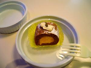 ちょっと小さめの犬用のケーキ。一見普通の人間用のケーキのように、ちゃんとデコレーションされています。かぼちゃのムースを茶色いスポンジが取り巻いています。