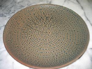 直径が30センチ以上ある丸いお皿。グレーの地色に紺色の模様が浮き出たシンプルで地味な感じのお皿です。