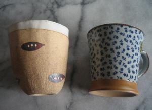 左側は素焼きの地肌にえんどう豆のような模様が茶色でついているもので、呑口の部分は白い釉薬がかかっているので、口当たりは良さそうです。斜めの飲み口がユニークで買ってしまいました。右側のカップは取ってつきのマグカップです。有田焼に良く見受けられる紺色の花模様がついたカップ。茶色い台座部分と取っ手のアクセントが可愛らしかったので購入。