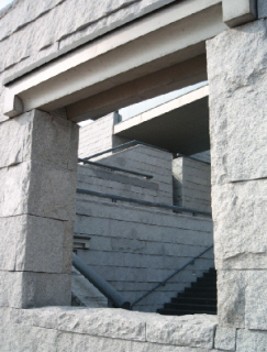 外側から中を見た写真。階段がアートになっていて、入り組んだ階段の手摺や形が独特の造形美を表しています。