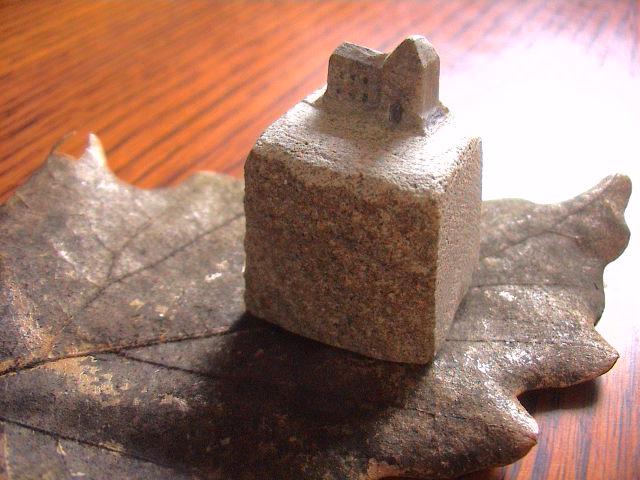 小さな石の家。_e0060555_21435335.jpg