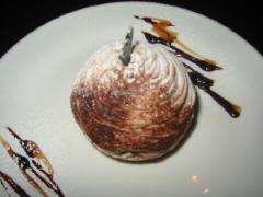 丸いお皿に丸いモンブラン。周りにチョコとマロンのソースがさっと描かれ、お洒落っぽくなってます
