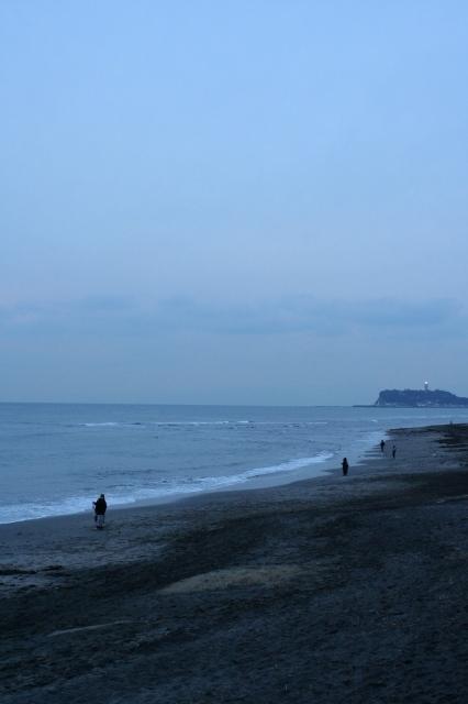 七里ヶ浜  江ノ島に明かりが灯る頃_b0061717_094869.jpg