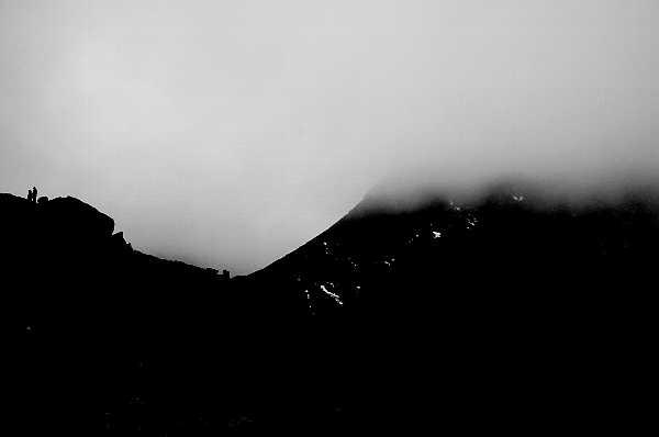 乗鞍岳の山頂付近です。霧が濃かったのですが、霧の切れ間に人影らしき影がみえます。湾曲した谷間に霧が流れ込んでいる写真です。