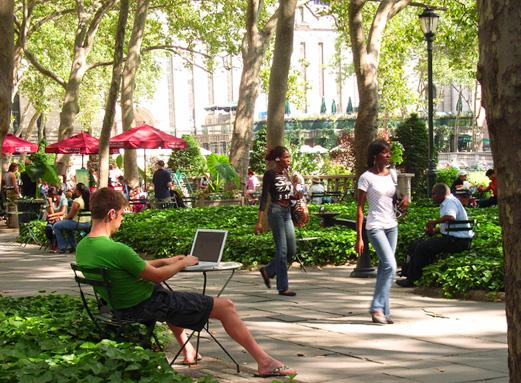 ニューヨークの公園は無料インターネット接続完備なのです_b0007805_132637.jpg