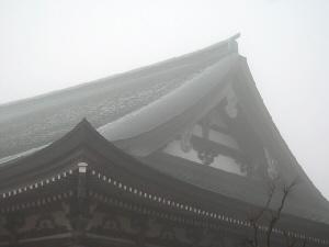 本堂の屋根の部分。霧で白っぽくしか写っていません。