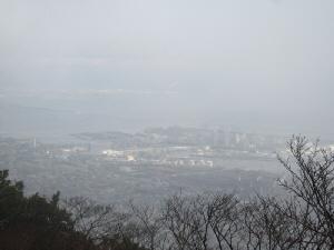 カウンター席から外を写した一枚。白く靄っていて、どこがどこだかはっきりしない風景です。