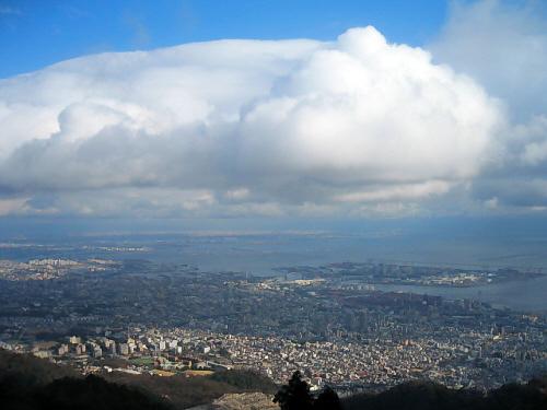 真っ白な分厚い雲の塊、その上には抜けるような青空が広がって・・・・。雲の塊がまるで生き物のように見え、中に秘密の宮殿でも隠し持っている雰囲気です。そのくもの形をそっくり地上に影として。こんな風景を上部から見下ろすように眺めている気分は、天女にでもなった感じ?