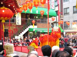 神戸南京街の広場の舞台で舞う赤い龍なのか獅子なのか。後姿なので特定出来ません。こちらも沢山の見物客で埋め尽くされています。