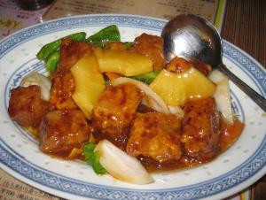 楕円形の薄い水色のラインのついたおとなしいお皿。大きめの角型のお肉に、パイナップルやピーマンが。見た目はこってりのようにも見えますが、あっさり味な酢豚。