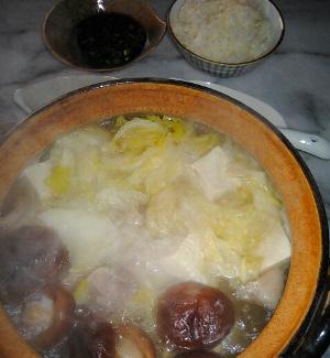 湯豆腐のお鍋。中にはしいたけや白菜が見え、豆腐だけではないお鍋のようです。