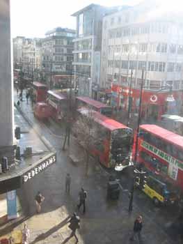 046【ロンドンは晴れ、傘とファシズム、ポンド高とフォー】_b0071712_0542291.jpg
