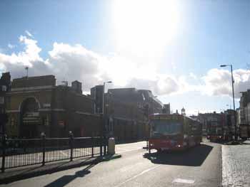 046【ロンドンは晴れ、傘とファシズム、ポンド高とフォー】_b0071712_054782.jpg
