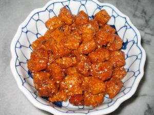 お皿に入った普通の溜まり醤油味のおかき。食べたら美味しいけど、華やかさはゼロですね。