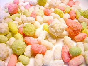 白、ピンク、黄緑色とカラフルなお米のお菓子。さくさくっとして軽い甘いお菓子です。