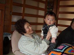 ばあちゃんとひ孫_e0063268_037394.jpg