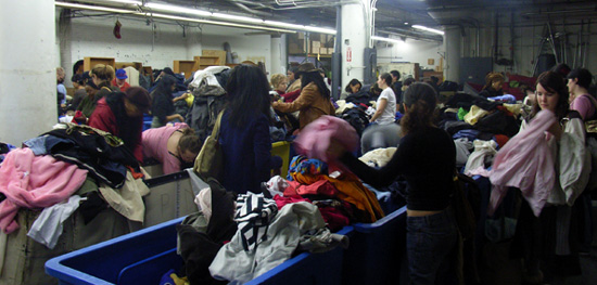 倉庫で在庫セール - Housing Works Warehouse Sale_b0007805_2022337.jpg