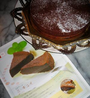 ホールのチョコレートケーキ、添えられていたパンフレットと一緒に写してあります。