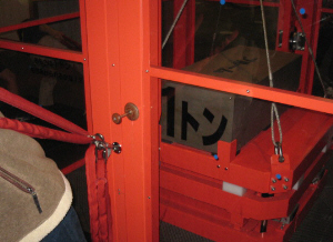 ガラス張りのボックスの中に1トンの重さの鉄が置いてあり、ロープで滑車に吊られ、外側にそれを引っ張るロープが出ています。さかんにそのロープを引っ張っていますが、鉄はピクリともしません。