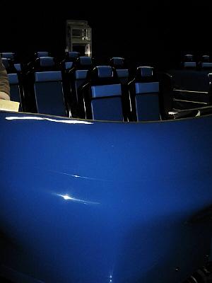ブルーの舟形の乗り物。左右に一台ずつで二台並んでいます。中には椅子が4つずつあって、シートベルトを着用して乗ります。