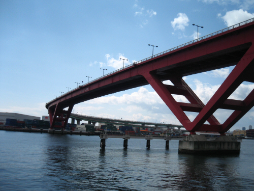 海の上を走る高速道路。赤い橋桁が青い海に延びて、何かのオブジェのようにも見えます。