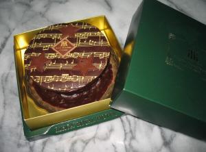 緑の箱に入ったチョコケーキ。