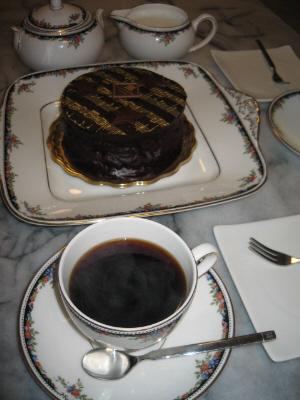 ケーキの入ったケーキ皿、カップにシュガーポット、そしてミルクポット、全部お揃いのウェッジウッド。お気に入りの一そろいです。