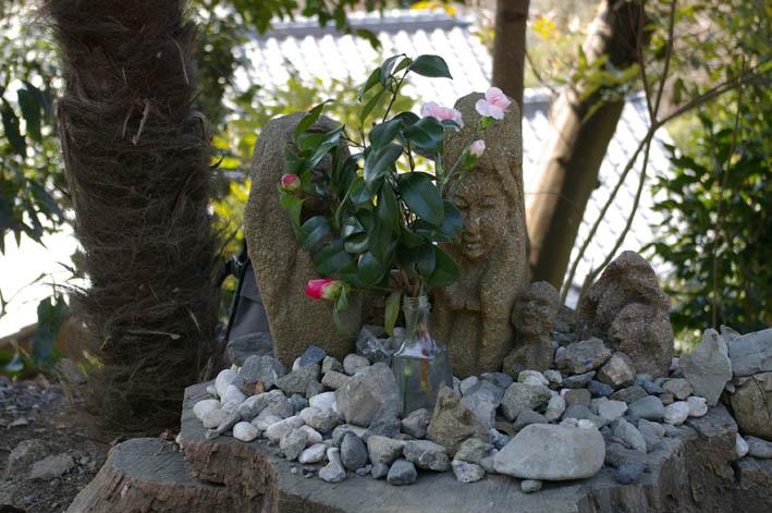 春分の日の3月21日、木彫り観音が玄関先に届いていた!_c0014967_0362321.jpg