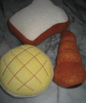 犬のオモチャ。食パン、メロンパン、コロネの3種類のぬいぐるみ。