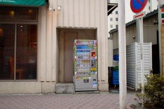 ちょっとした隙間のたばこ自動販売機_a0003909_615950.jpg